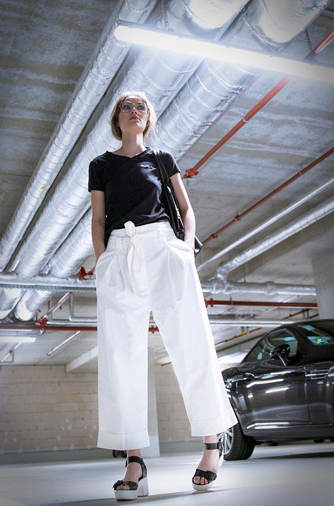 Werbekampange Full Service Agentur Hübsche Frau in Garage Firmenkollektion