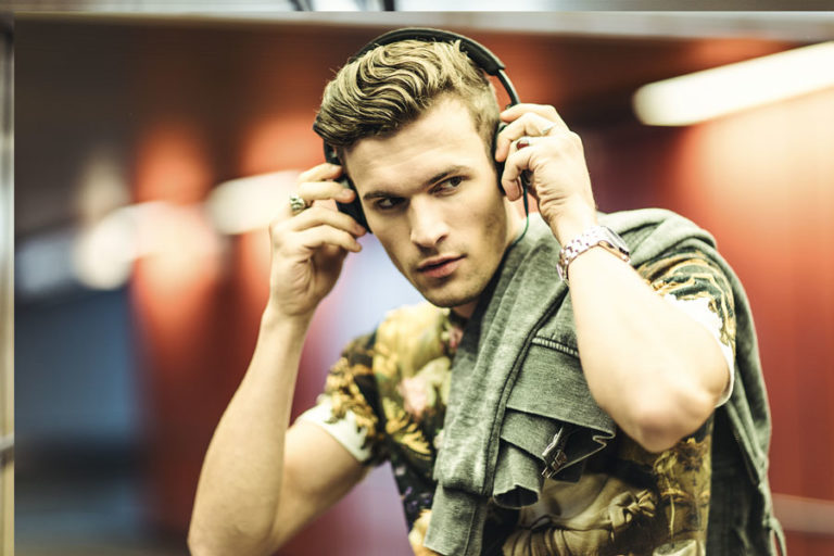 Modeshooting Sexy male Modell Kopfhörer Musik Outfit Tagesrountine