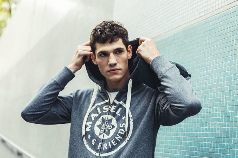 Modefotografie Männermodell Sweatshirt Maisel & Friends Laufsport