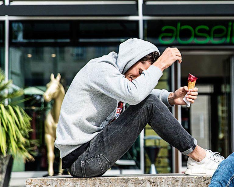 Werbefotografie Peter Beckstein FC Bayern Werbeshooting Moods Hübscher Mann Eis essen